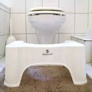 """Der """"StuhlStuhl"""" frontal und vor der Toilettenschüssel"""