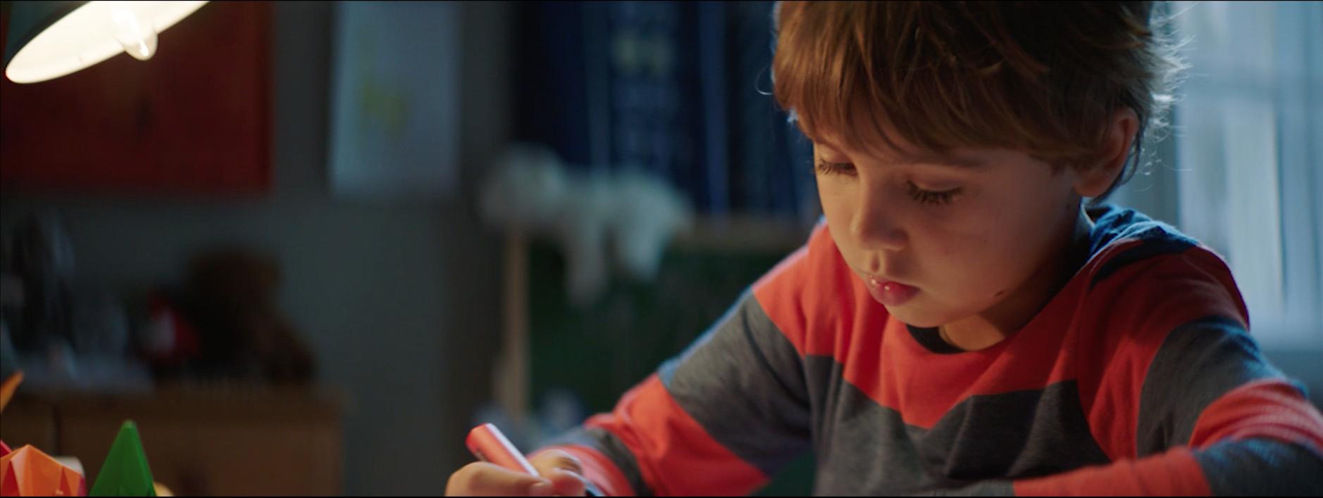 Junge schreibt Wunschzettel