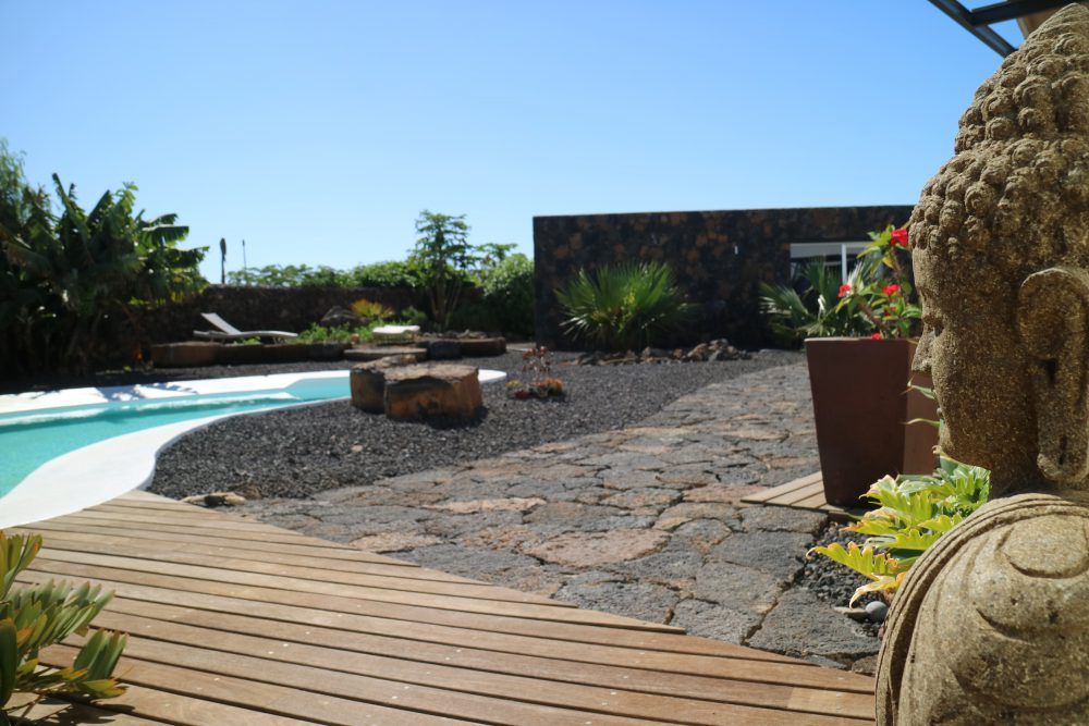 Casa Yogafriends Fuerteventura mit Buddha Figur und Pool