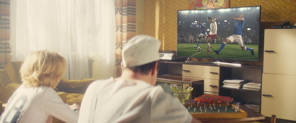 Vater und Sohn vor dem neuen Samsung Smart-TV - WM-Zeitreise