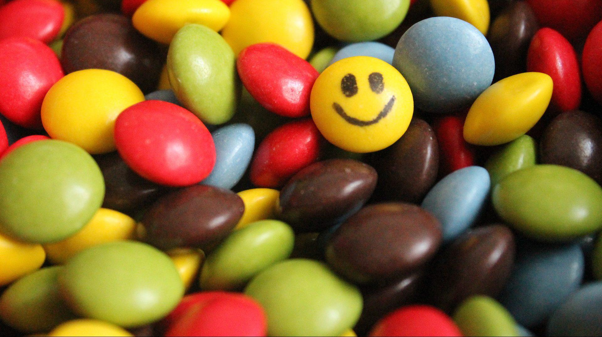 Schokolinsen, eine mit Smiley-Gesicht - Alternativen zu Psychopharmaka