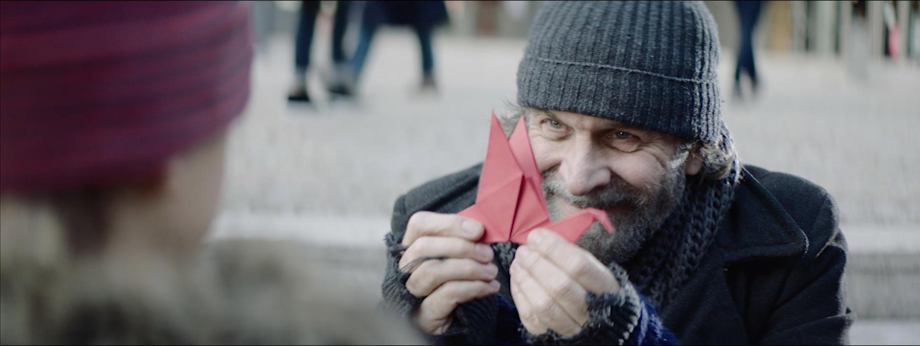Obdachloser Anton und seine Origami-Kunst