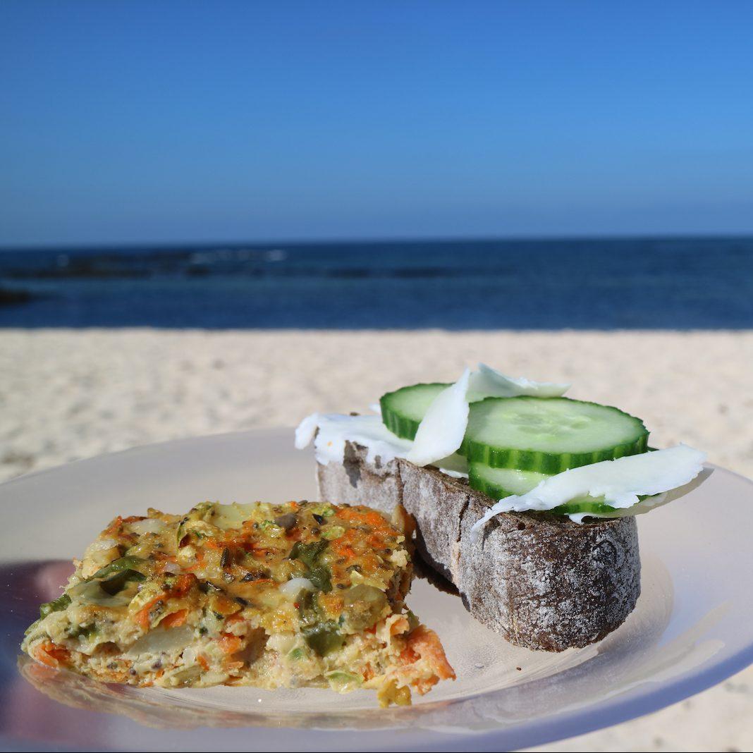 Quiche und Käsebrot mit Gurke am Strand