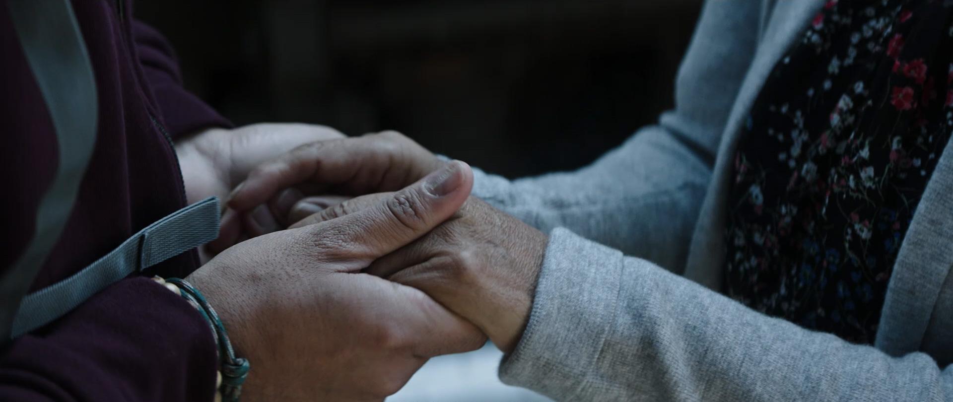 sich haltende Hände – Abschied