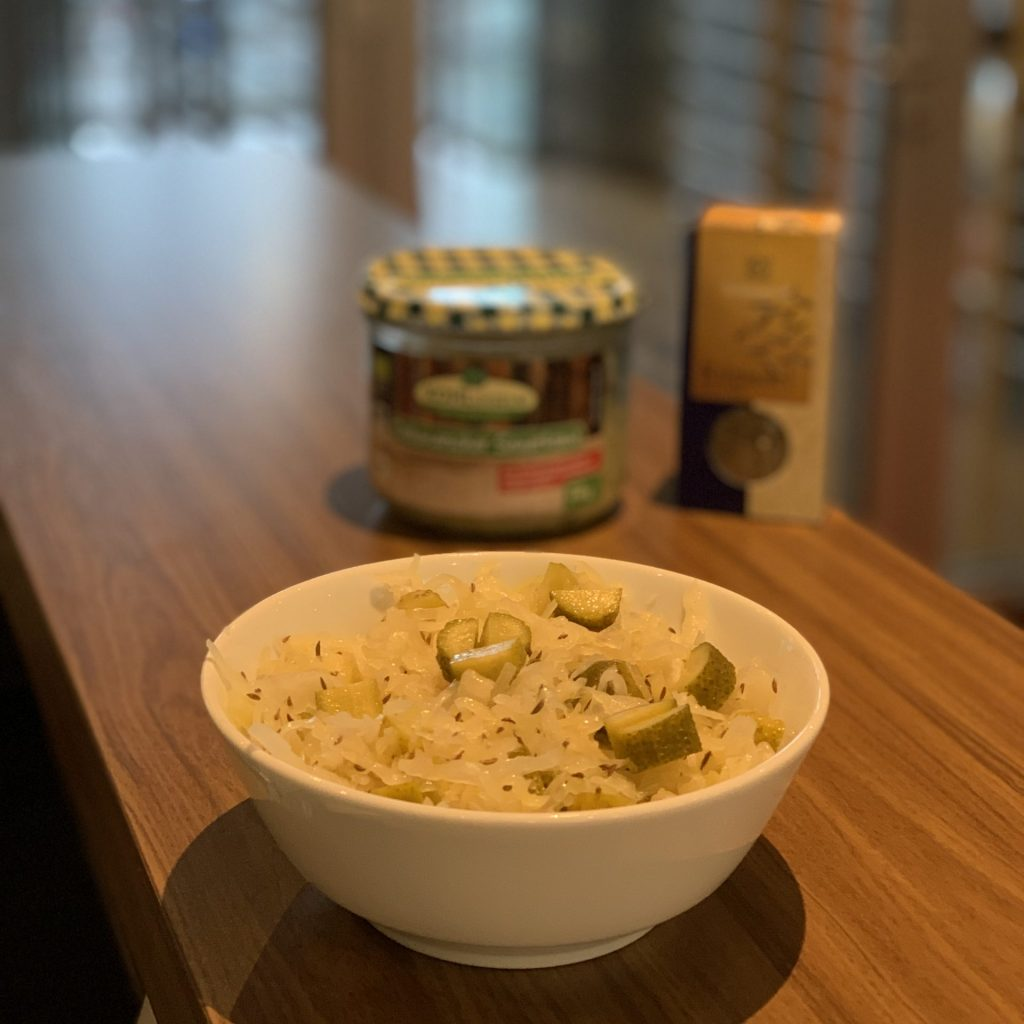 Schale mit Sauerkraut, sauren Gurken und Kümmel beim Aufbautag des Fasten nach Buchinger